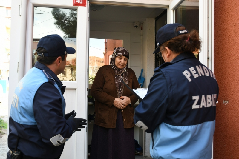 Zabıta Ekipleri evlerinde çıkmayan yaşlıların market alışverişini yapıyor