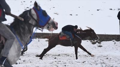 Cirit atlarının 'kar üstündeki dansı' başladı