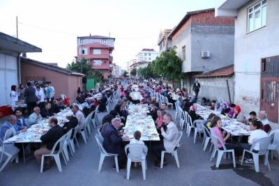 EKŞİOĞLU MAHALLESİ'NDE KURULAN İFTAR PROGRAMINA BİNLERCE VATANDAŞ KATILDI