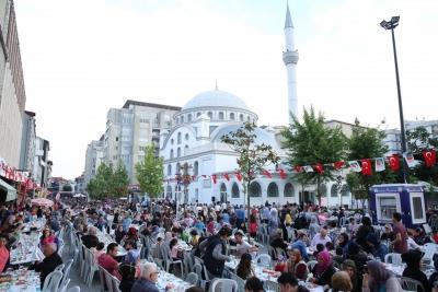 SULTAN MURAT CADDESİ'NDE KURULAN İFTAR SOFRASINDA BULUŞTU