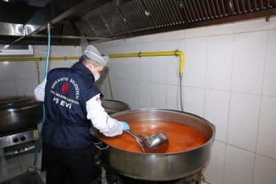 Ümraniye'de Evde Kalan Yüzlerce Ailenin Yemeğini Aşevi Karşılıyor